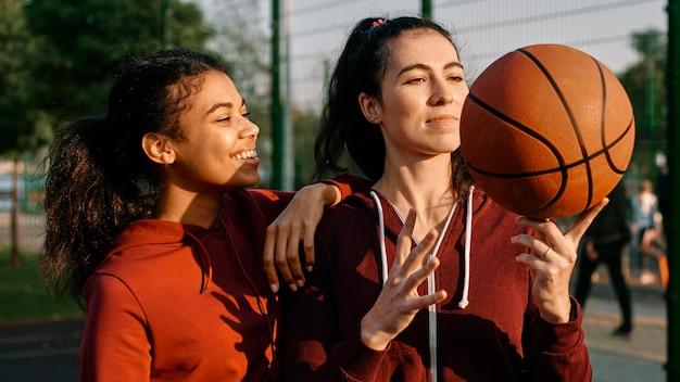 Vrouwen zijn blij na een basketbalspel