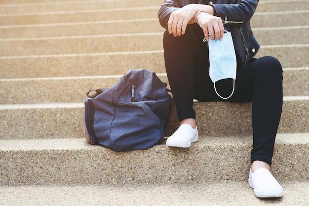 Vrouwen zijn gestrest zonder werk vanwege covid 19