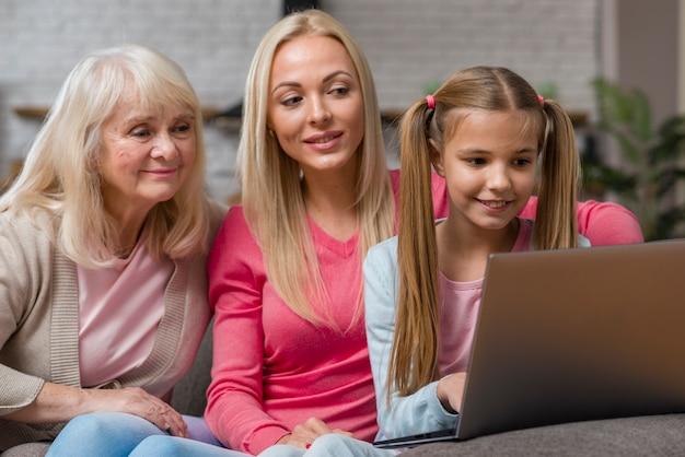 Vrouwen zijn nieuwsgierig en kijken in de laptop