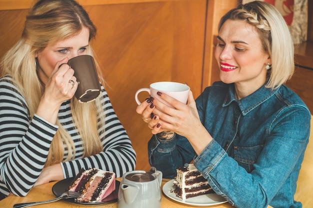 Vrouwen zitten in een café en drinken een hete thee
