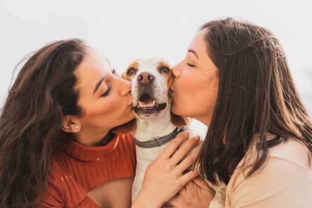 Vrouwen zoenen hond