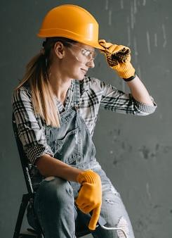 Vrouwenarbeider in bouwvakker
