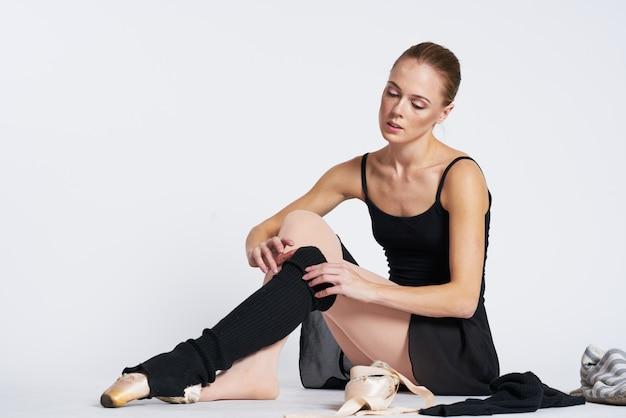 Vrouwenballerina die in tutu en pointeschoenen dansen