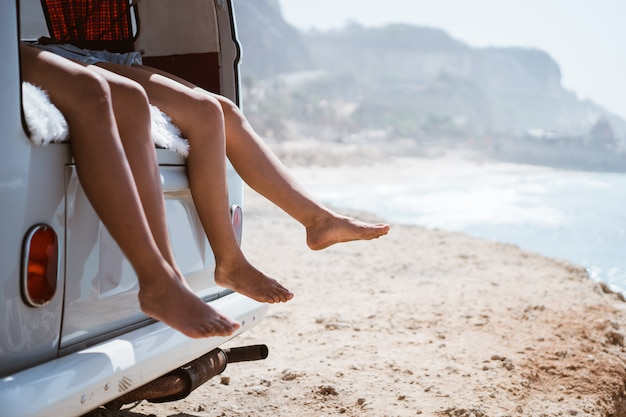 Vrouwenbenen bij retro bestelwagen