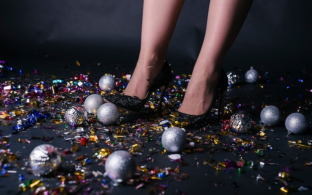 Vrouwenbenen die zich op feestelijke vloer bevinden