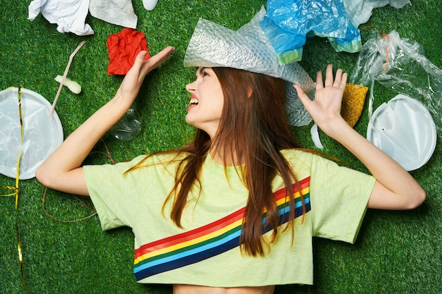 Vrouwenberg van afval, afval sorteren, afvalemissies in de natuur