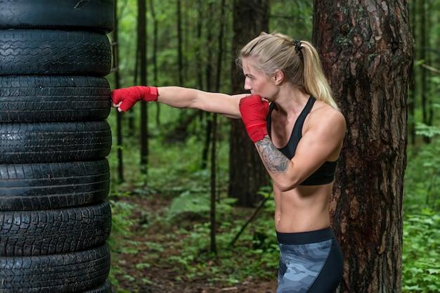 Vrouwenbokser die dwarsschop doen die in openlucht uitwerken