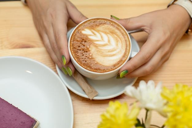 Vrouwendiner met cheessecake en koffie bij restaurant