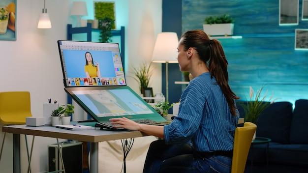 Vrouwenfotograaf die aanraakschermcomputer gebruikt