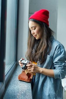 Vrouwenfotograaf die camera bekijkt