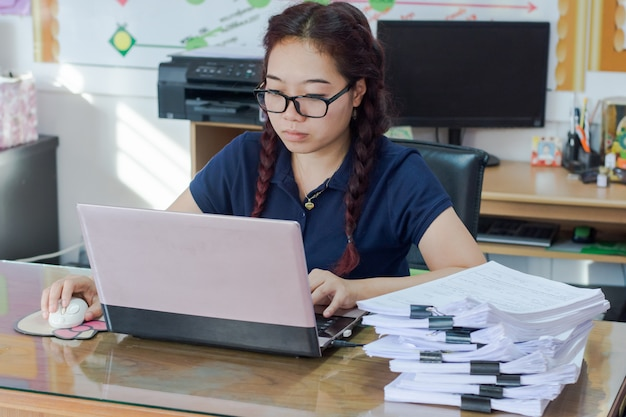 Vrouwengebruik van de laptopcomputer en draadloze muis, surfen op internet of het vinden van werk
