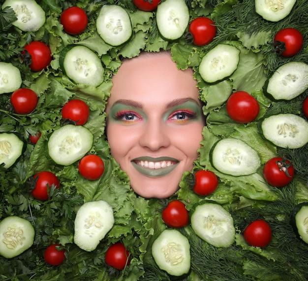 Vrouwengezicht in vruchten gezond voeding en dieetconcept.
