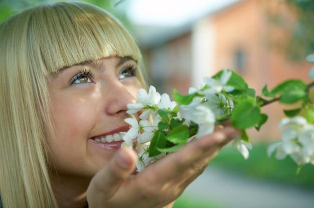 Vrouwengezicht met bloemen