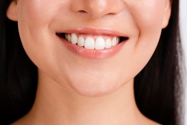 Vrouwenglimlach met duidelijke huid