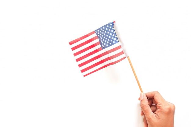 Vrouwenhand die amerikaanse vlag op wit houden