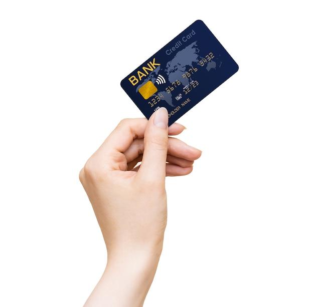 Vrouwenhand die blauwe bankcreditcard houden die op een witte achtergrond wordt geïsoleerd