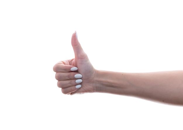 Vrouwenhand die duimen tonen die op wit worden geïsoleerd
