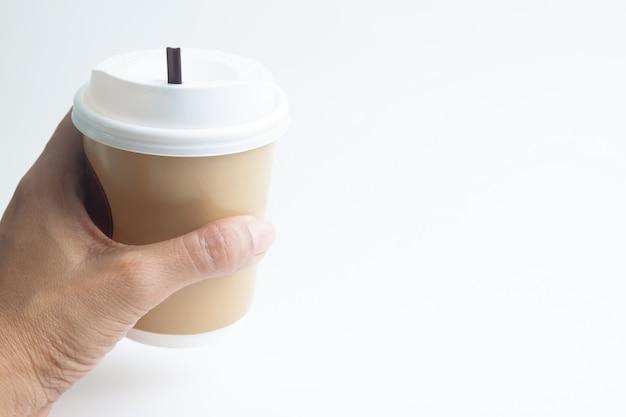 Vrouwenhand die een kop van hete koffie met exemplaarruimte houden