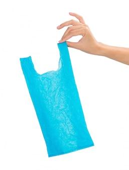 Vrouwenhand die gerecycleerde plastic zak houden die op witte achtergrond wordt geïsoleerd