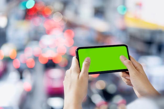 Vrouwenhand die het slimme spel van het telefoonspel online gebruiken