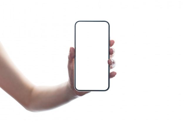Vrouwenhand die mobiel leeg aanrakingsscherm houden. geïsoleerd op witte muur
