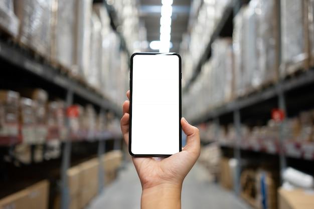 Vrouwenhand die mobiele smartphone met het witte lege scherm houden