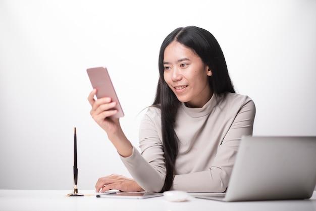 Vrouwenhand die slimme telefoon, mobiel online betalingen het winkelen, omni dokkend toetsenbord met behulp van