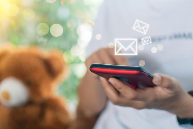 Vrouwenhand die smartphone gebruiken om e-mail te verzenden en te ontvangen.