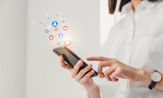 Vrouwenhand die tekstbericht op online sociaal typen en pictogram op het scherm tonen.