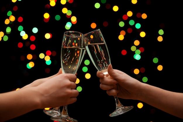 Vrouwenhand met glazen champagne