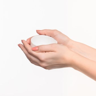 Vrouwenhand met kop op witte ruimte