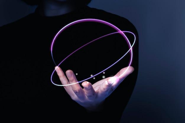 Vrouwenhand presenteren futuristische technologie digitale remix
