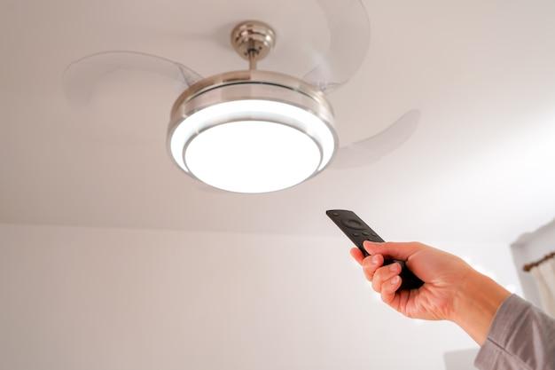 Vrouwenhand regelt de lamp en ventilator