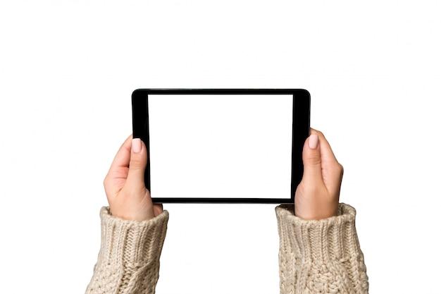 Vrouwenhanden die geïsoleerde tabletcomputer met behulp van