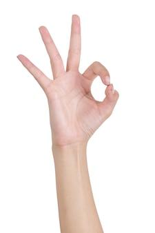 Vrouwenhanden die ok (ok) teken gesturing die door voorkant op wit wordt geïsoleerd