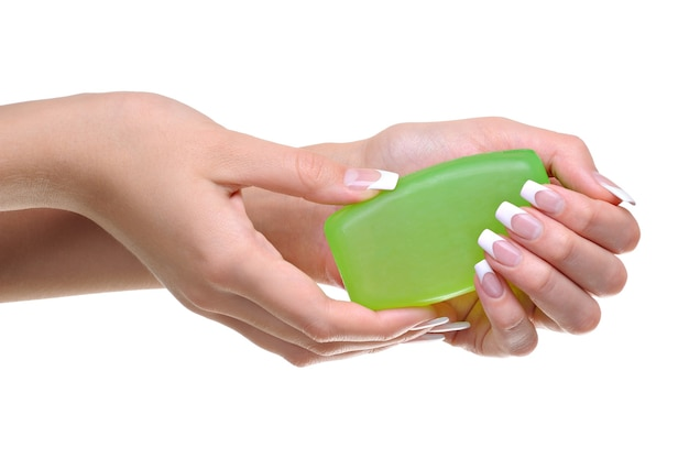 Vrouwenhanden houden de groene zeep vast
