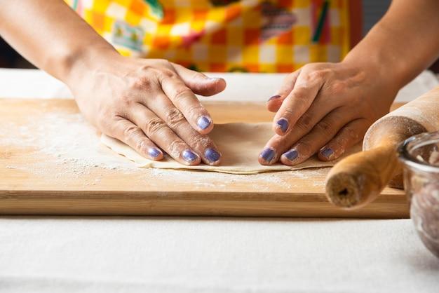 Vrouwenhanden maken deeg voor azerbeidzjaans gerecht gutab.