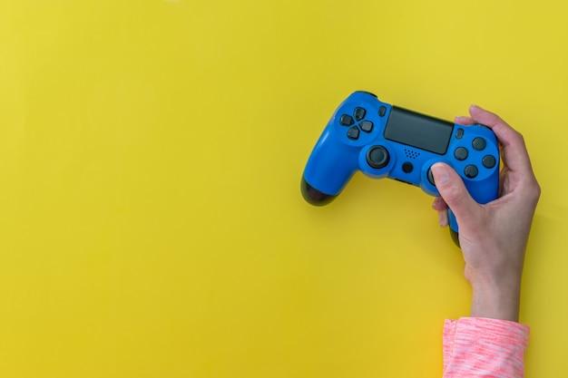 Vrouwenhanden met een gameconsole-controller