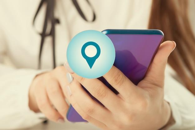 Vrouwenhanden met pictogram voor mobiele telefoon en geolocatie