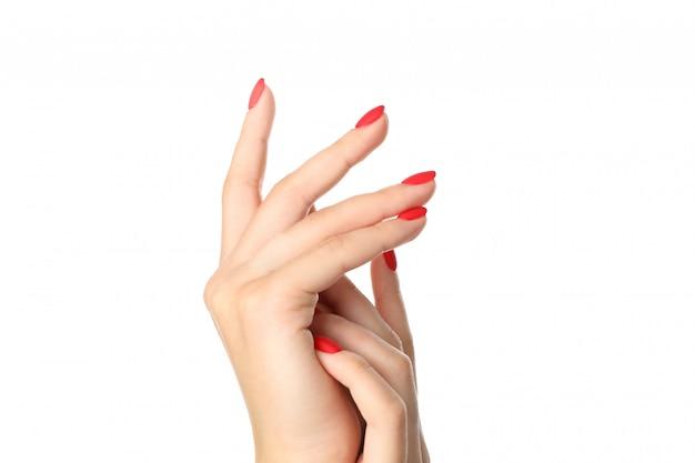 Vrouwenhanden met rode manicure die op wit wordt geïsoleerd