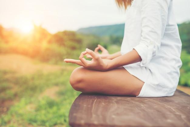 Vrouwenhanden yoga meditaties en het maken van een zensymbool met haar ha