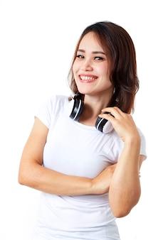 Vrouwenhoofdtelefoons het luisteren muziek op wit