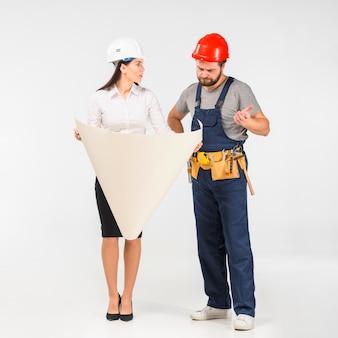 Vrouweningenieur en bouwer die project bespreken