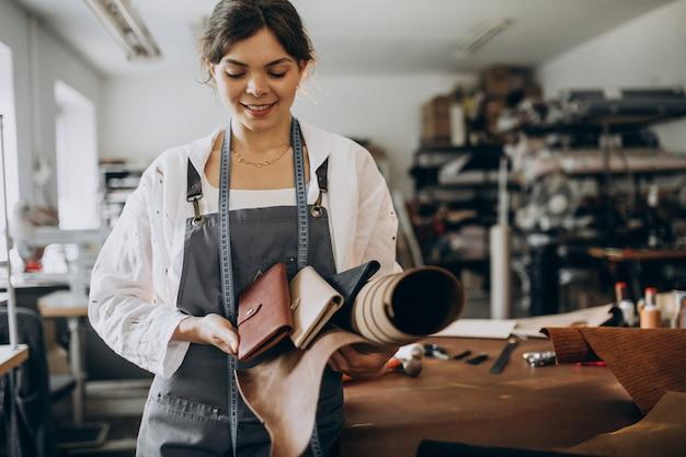 Vrouwenkleermaker die aan leerstof werken