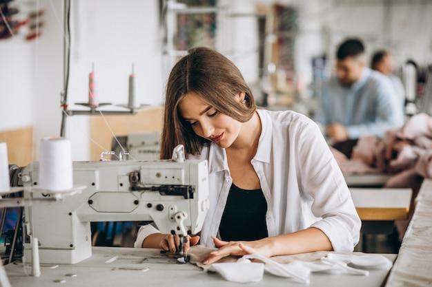 Vrouwenkleermaker die bij de naaiende fabriek werken