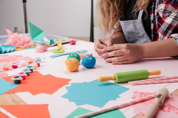 Vrouwenkunstenaar die creatieve ambachtkunst op bureau maken