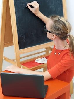 Vrouwenleraar conducts training online met laptop.
