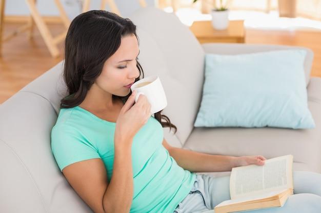 Vrouwenlezing en het drinken van koffie op laag