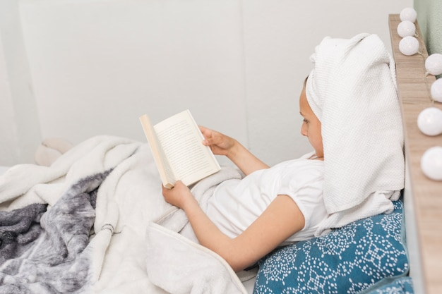 Vrouwenlezing terwijl in bed