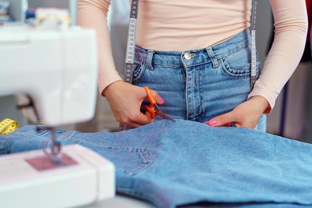 Vrouwennaaister die bij textielfabriek dicht uitwerken